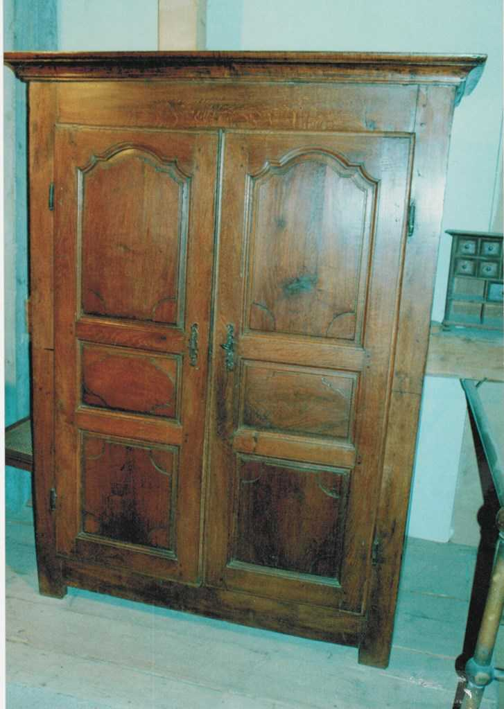 armoire rustique ancienne en ch ne armoires buffets. Black Bedroom Furniture Sets. Home Design Ideas