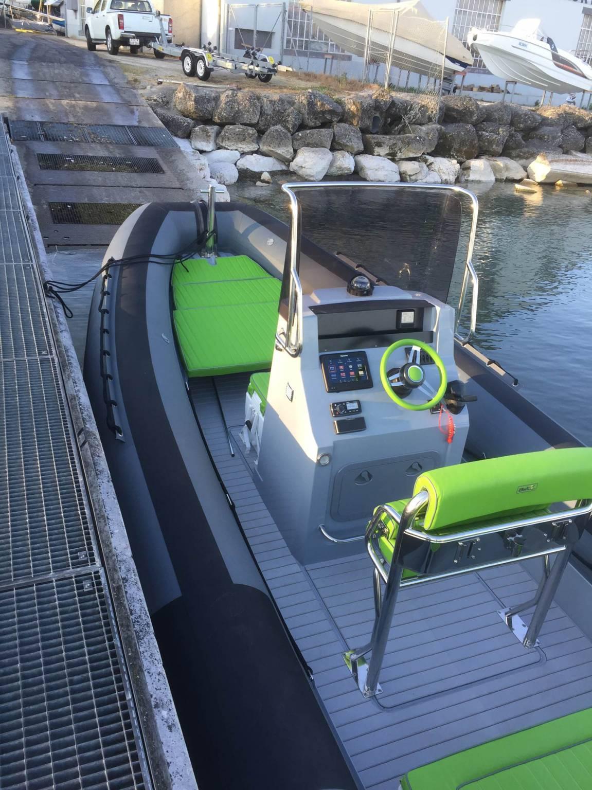 loue bateau pneumatique bwa 220 pro - moteur 150 cv evinrude