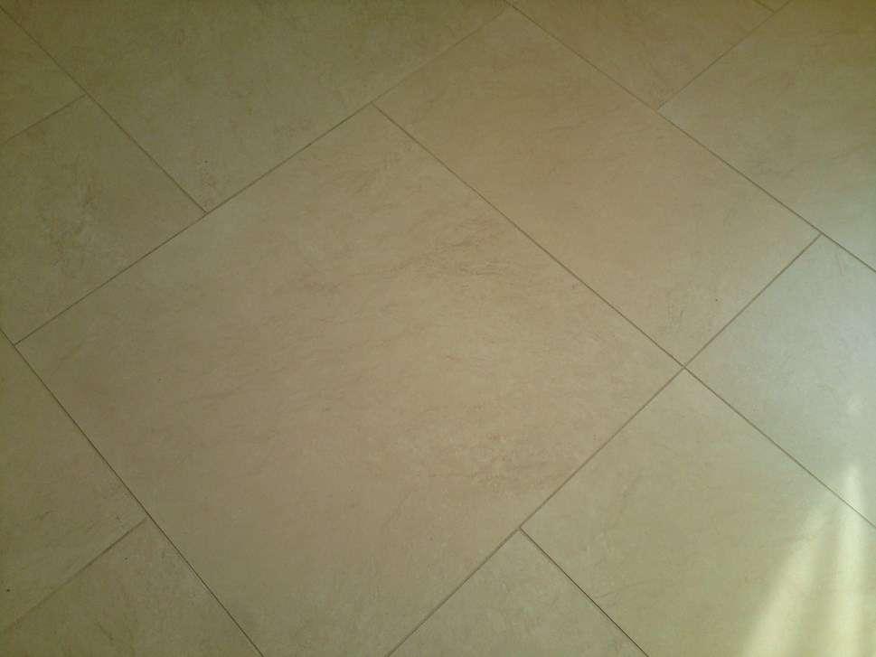 Carrelage de sol de cuisine gris clair avec plaintes - Bodenplatten