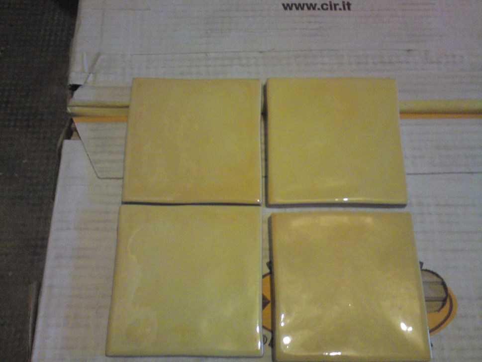 Carrelage pour mur de cuisine et plan de travail jaune - Carrelage pour plan de travail de cuisine ...