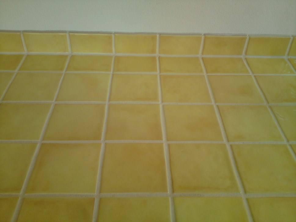 carrelage pour mur de cuisine et plan de travail jaune laqu carrelage. Black Bedroom Furniture Sets. Home Design Ideas