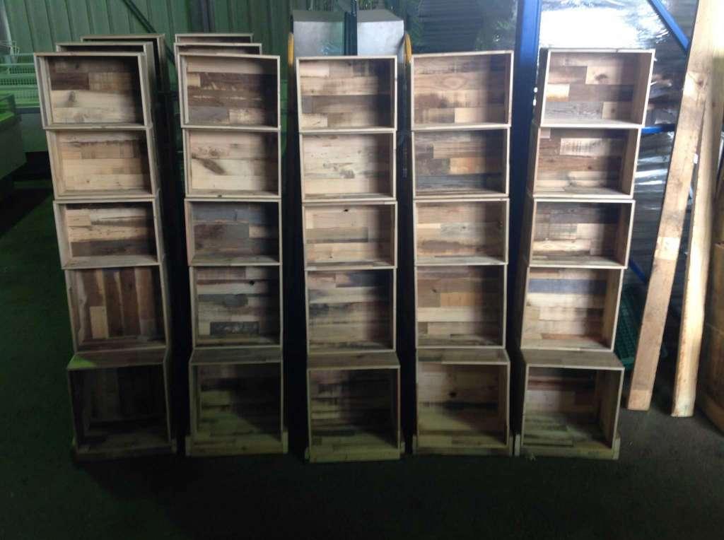 etag re sur mesure en caisses palettes en vieux bois. Black Bedroom Furniture Sets. Home Design Ideas
