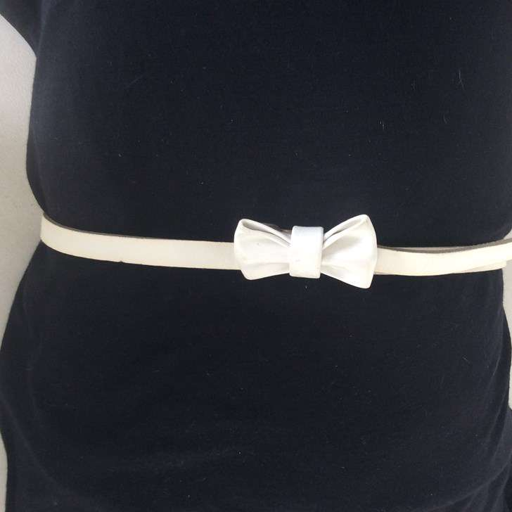 48d2f6e11334 Jolie ceinture blanche avec un noeud papillon 10443737 ...