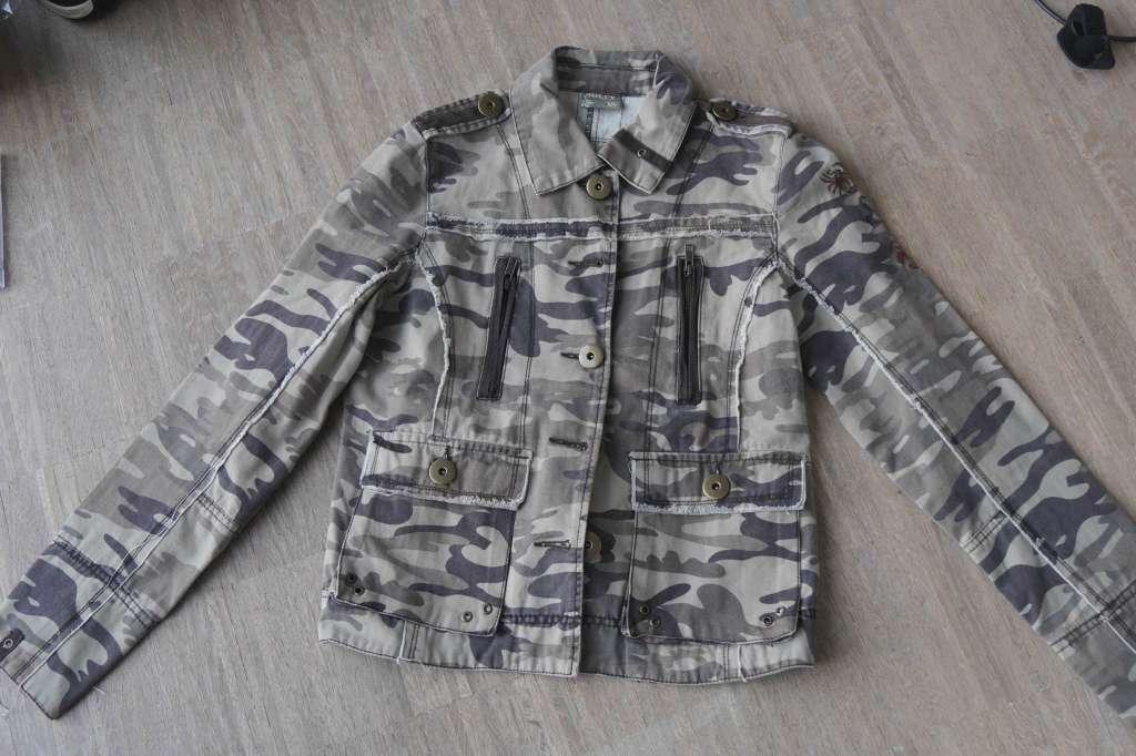 Neue edle Jeans-Jacke/Armee-Jacke Gr. XS mit Applikationen