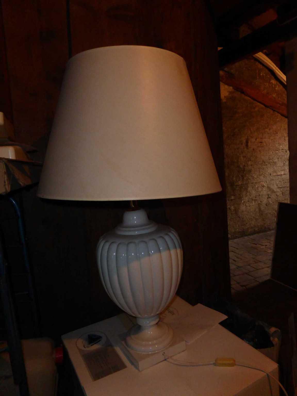 Lampe haute blanche de table lampes de table for Lampe de chevet haute