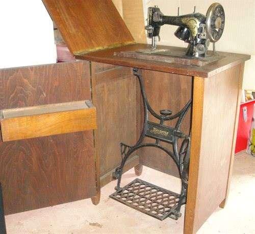 ancienne machine coudre helvetia meuble machine a coudre n hmaschinen. Black Bedroom Furniture Sets. Home Design Ideas