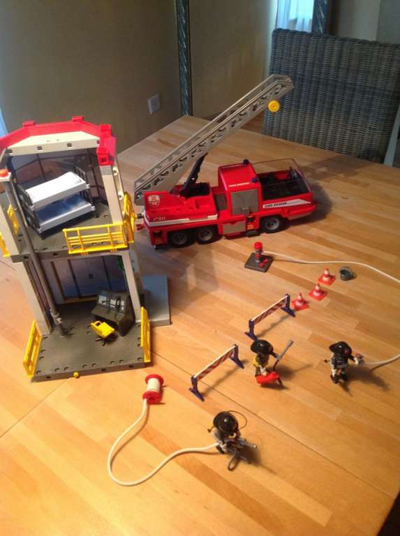 a vendre caserne et camion pompier playmobil pompiers. Black Bedroom Furniture Sets. Home Design Ideas