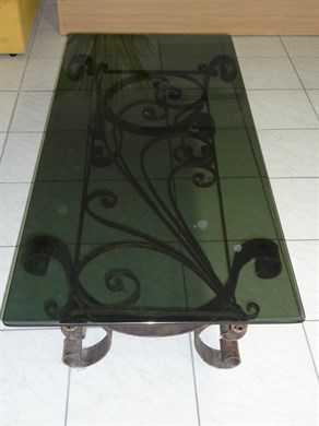 Table de salon en fer forg et plateau en verre tables for Table basse fer forge plateau verre