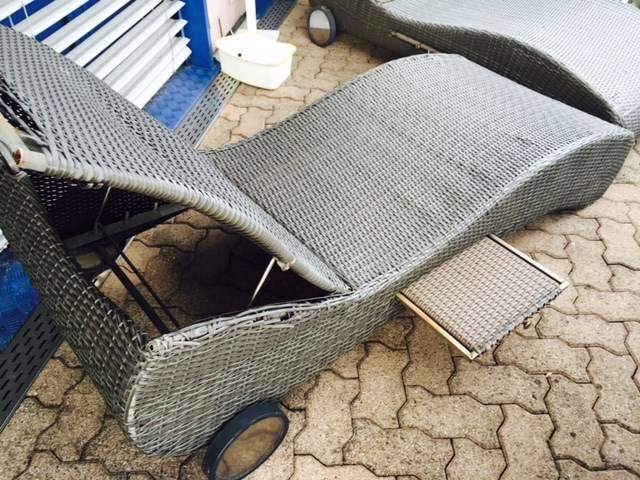 Chaise longue de jardin en rotin avec tablettes transats for Recherche chaise longue de jardin