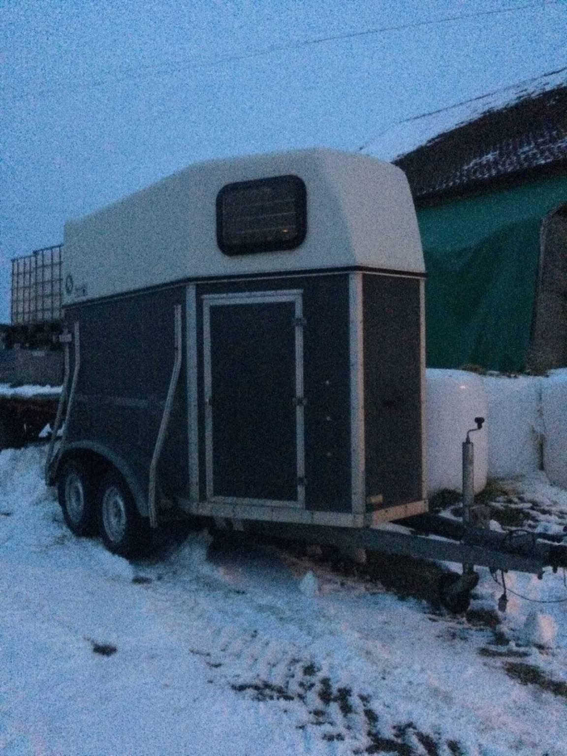van 2 places louer transports pour chevaux. Black Bedroom Furniture Sets. Home Design Ideas