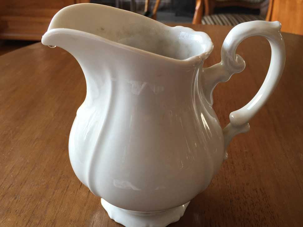 tr s joli pot lait ancien en porcelaine blanche porcelaines anciennes. Black Bedroom Furniture Sets. Home Design Ideas