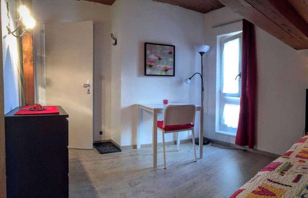 jolie chambre ind pendante pleine de charme vaud. Black Bedroom Furniture Sets. Home Design Ideas
