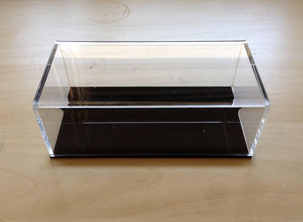 Boite en plexiglass sur mesure transaparent socle noir vitrinen - Plexiglass sur mesure ...
