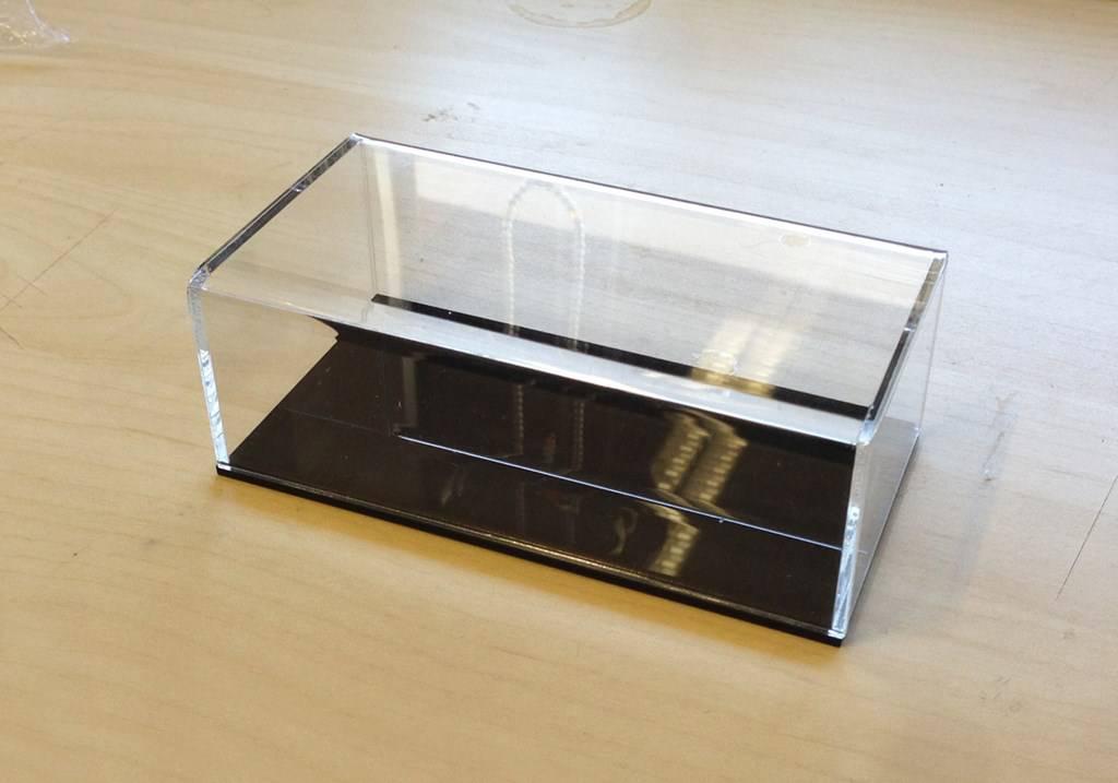 boite en plexiglass sur mesure transaparent socle noir. Black Bedroom Furniture Sets. Home Design Ideas